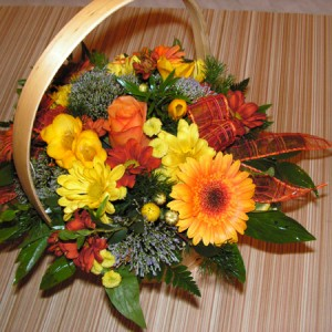 Színes vidám virágkosár