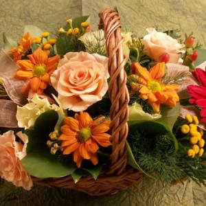Pasztell színű virágkosár