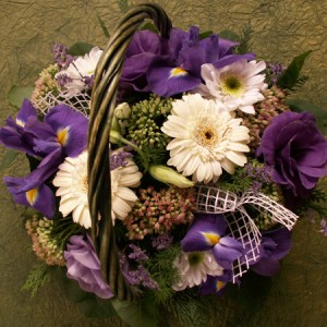 Vegyes virágkosár Írisszel, Gerberával, Lizivel