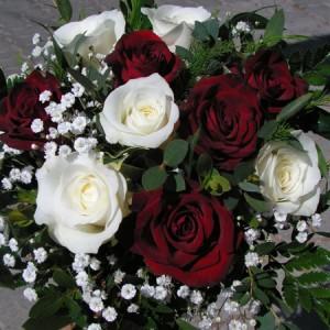 10 szál vegyes rózsából készült kerek menyasszonyi csokor
