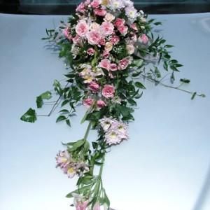 Apró rózsaszínű virágokból készült autódísz