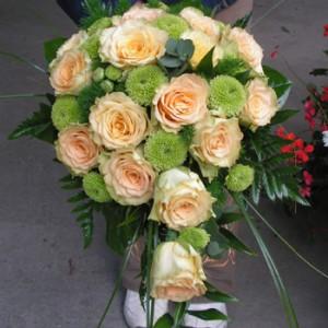 Barack rózsából és Zöld Santiniből készült nyújtott menyasszonyi csokor