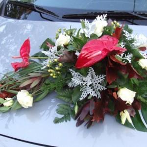 Flamingóból, Lizikéből és vegyes virágokból készült extravagáns autódísz