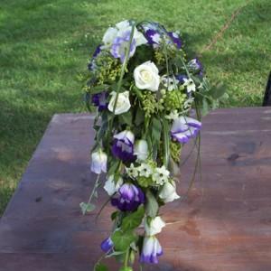 Fehér rózsából, Ornitogallumból és színes Lizikéből készült csepp formájú menyasszonyi csokor