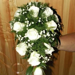 15 szál fehér rózsából, pici rezgővel készült csepp formájú menyasszonyi csokor