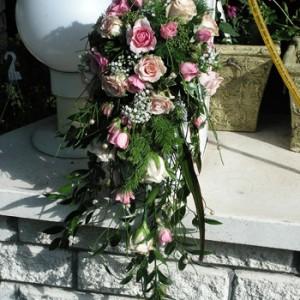 Apró rózsaszín rózsából, rezgővel készült menyasszonyi csokor