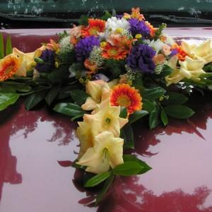 Vegyes virágokból készült nyári autódísz