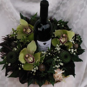 Élő virágokkal díszített boros üveg