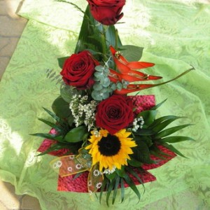 3 szál vörös rózsa Heliconiával és Napraforgóval